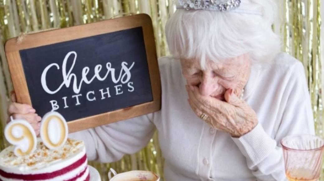 Abuelita celebrando su cumpleaños 90. Pulzo.com