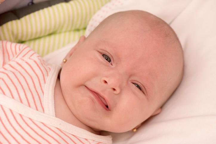 Bebé posa con sus aretes. Pulzo.com