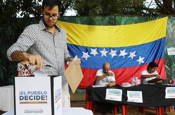 Venezolanos participan en consulta popular