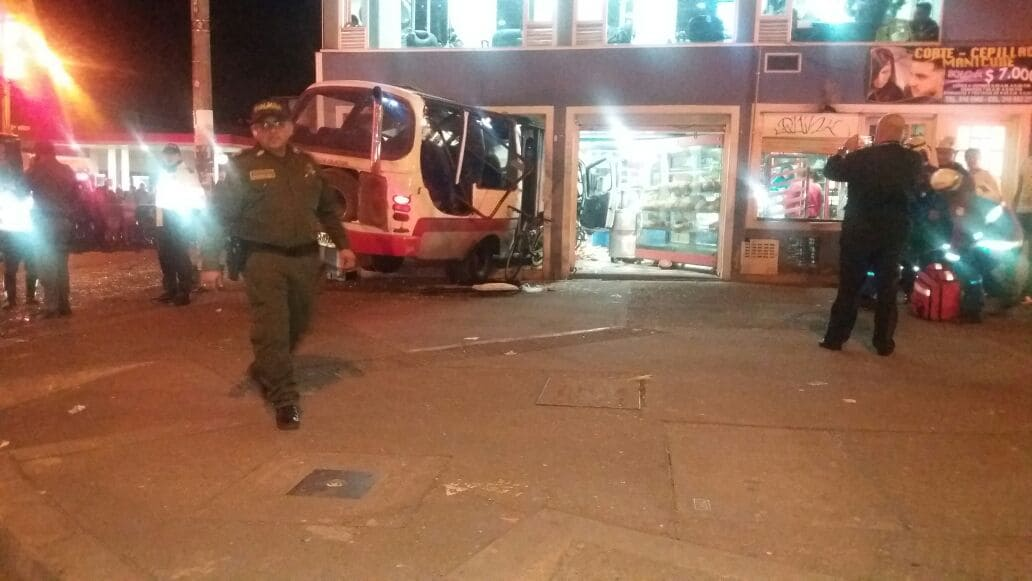 Bus estrellado contra panadería en la localidad de Engativá