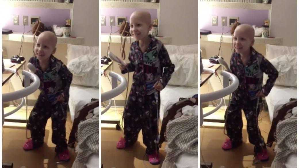 Niña con cáncer baila en el hospital. Pulzo.com