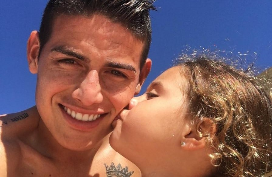 James Rodríguez, futbolista, junto a su hija Salomé.