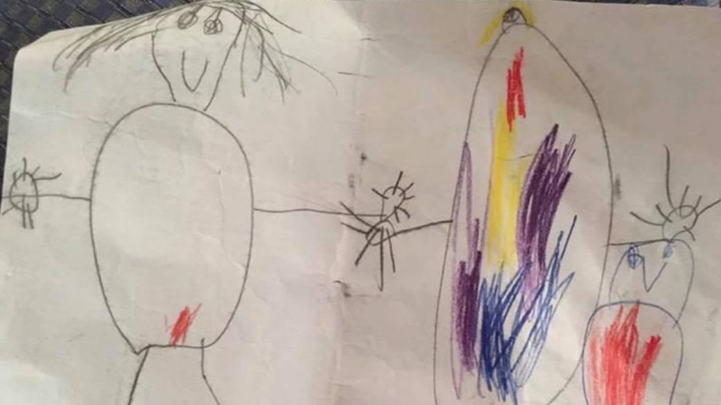 Niño dibuja a su familia. Pulzo.com