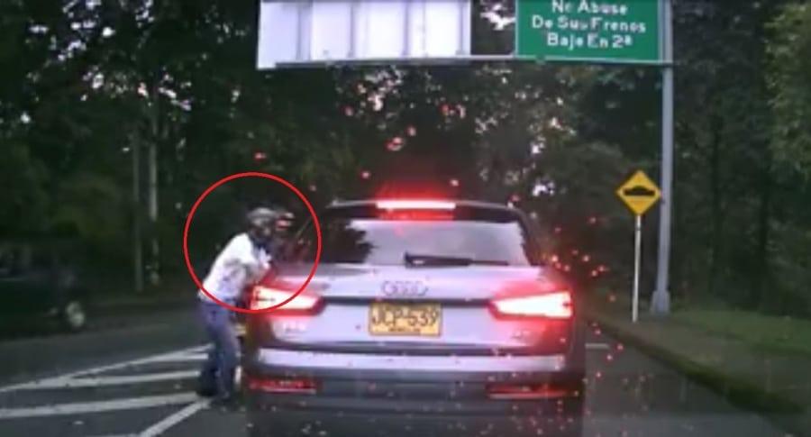 Momento del atraco a un conductor en El Poblado