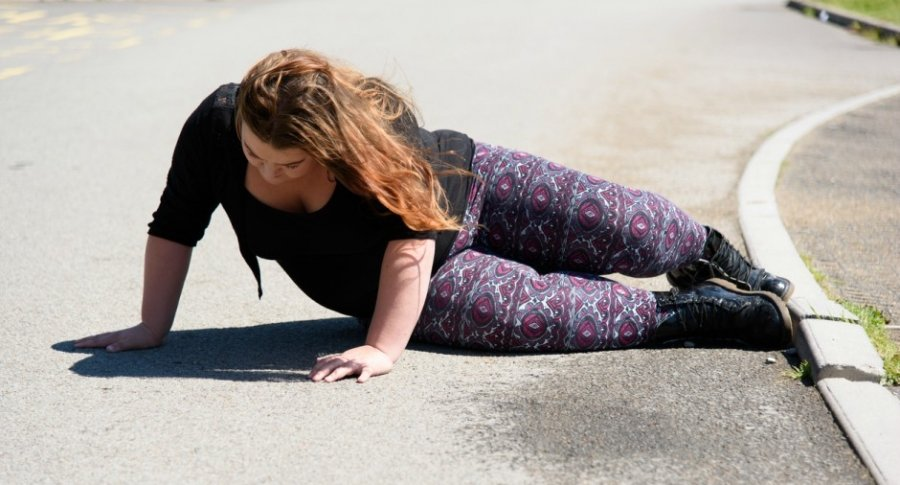 Mujer cae al suelo.