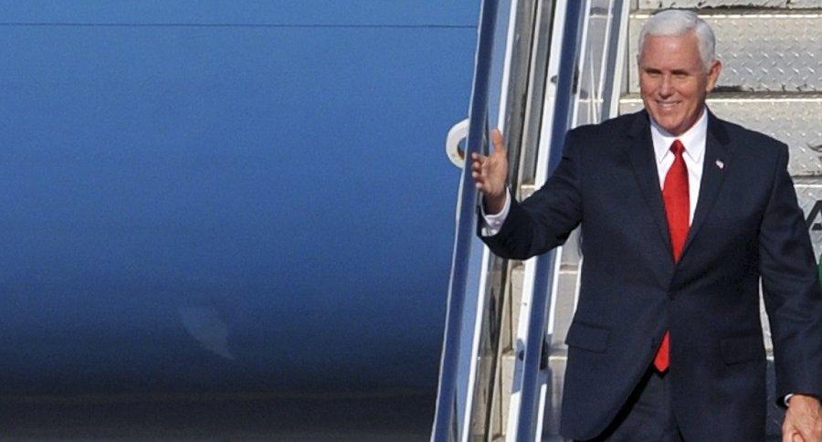 Mike Pence desciende de un avión