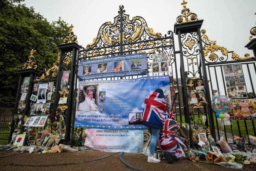 Flores a la Princesa Diana en las puertas del Palacio de Kensinton