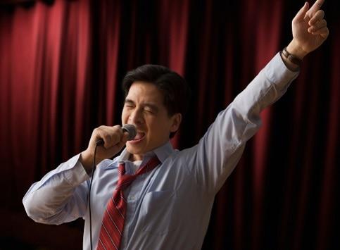 Hombre en karaoke
