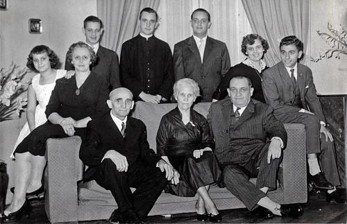 Familia Bergoglio. Abuela de Jorge Mario sentada en el sofá y él de pie en el centro.