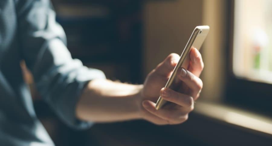 Hombre usa celular.
