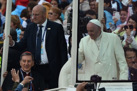 Domenico Giani en el papamóvil con el papa Francisco