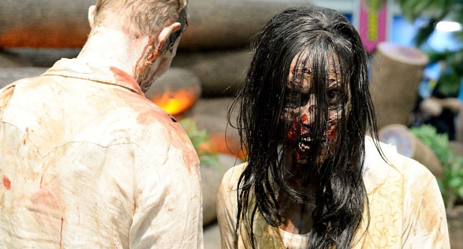 Pareja disfrazada de zombi. Pulzo.
