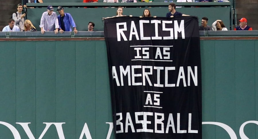 Pancarta en estadio de béisbol de Boston