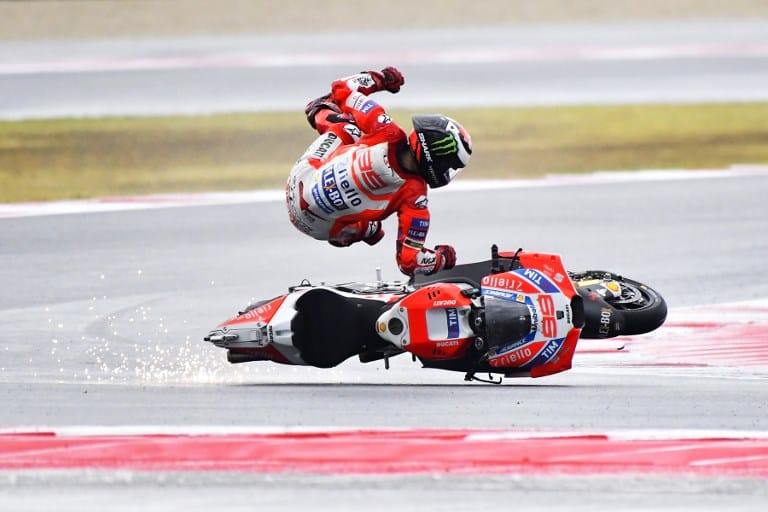 Accidente de piloto de Ducati. Pulzo.