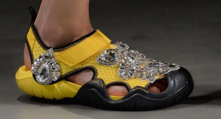 Christopher Kane crocs decorados con piel y joyas