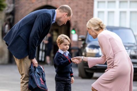 Príncipe William, su hijo, el príncipe George, y la directora del colegio, Helen Haslem
