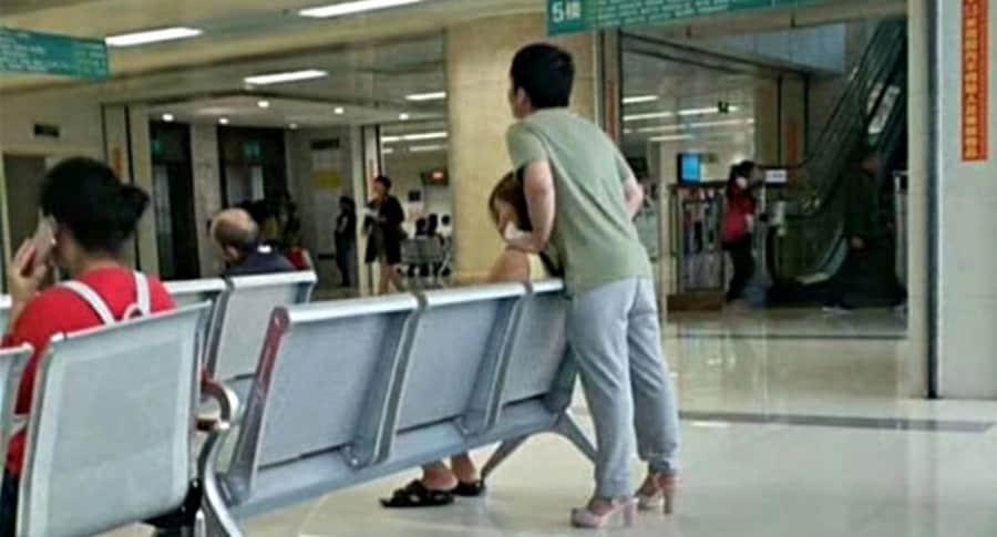 Hombre usa tacones de su novia.