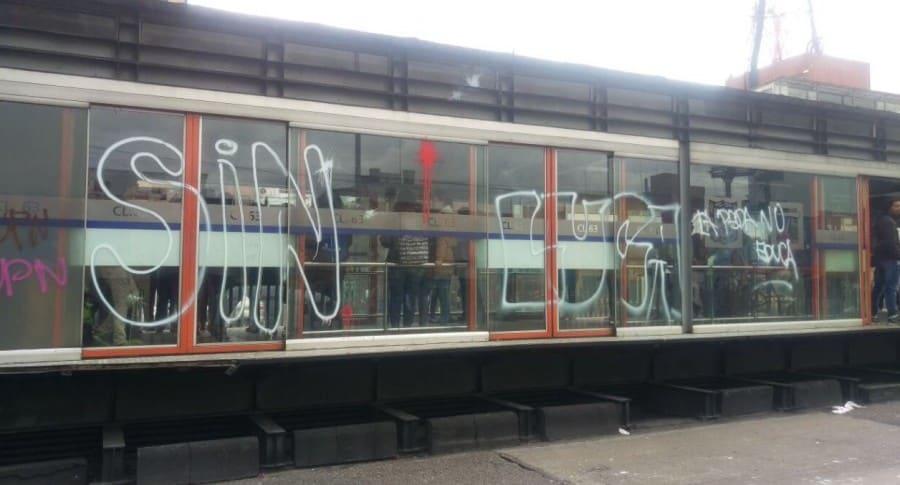 Estación de Transmilenio de la Avenida Caracas rayada con grafitis