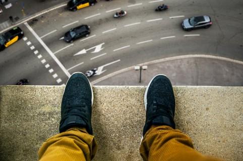 Hombre al borde de un muro en edificio