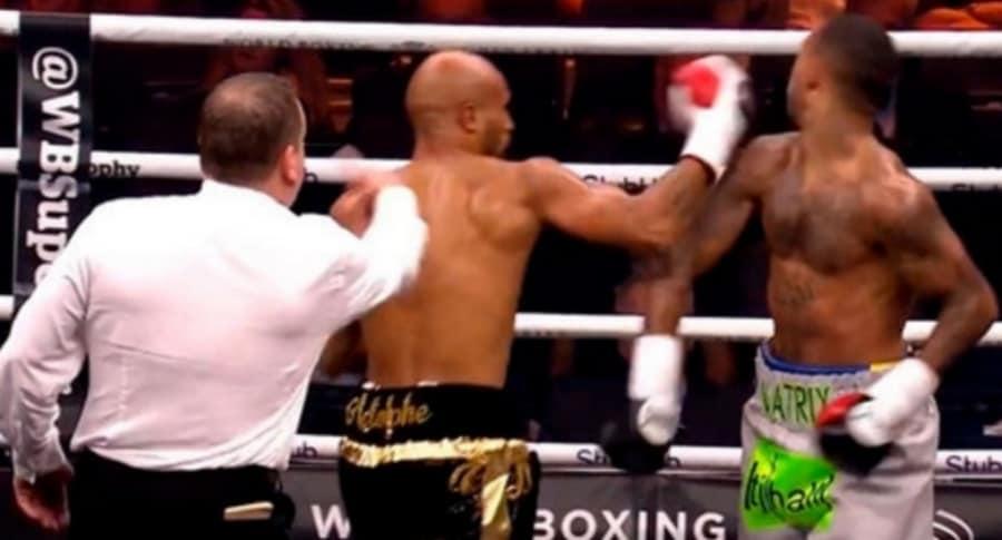 Boxeador noquea a contrincante.