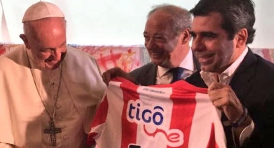 Alcalde Char entrega camiseta de Junior a papa Francisco
