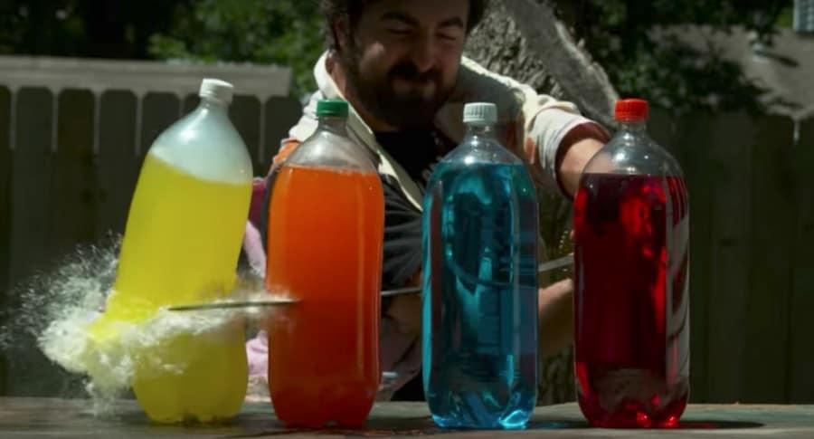 'Youtuber' Daniel Gruchy cortando botellas de jugo con una catana. Pulzo.
