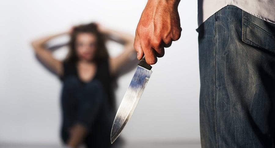 Hombre con cuchillo ataca a mujer