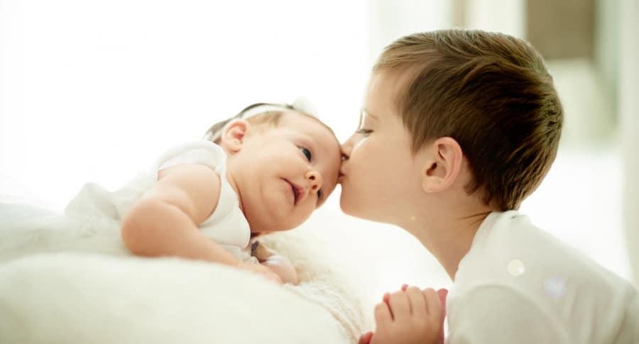 Hermano besa a su hermana. Pulzo.