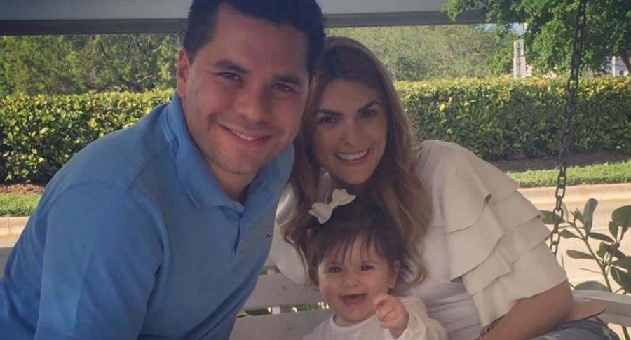 El periodista Luis Carlos Vélez junto a su esposa, la presentadora Siad Char, y su hija Hannah.