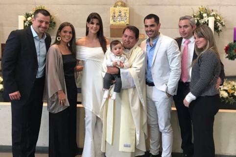 La presentadora Carolina Cruz y el actor Lincoln Palomeque con familiares en el bautizo de su hijo Matías.