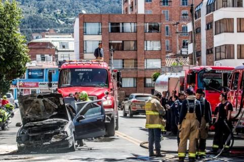 Carro incinerado en el norte de Bogotá