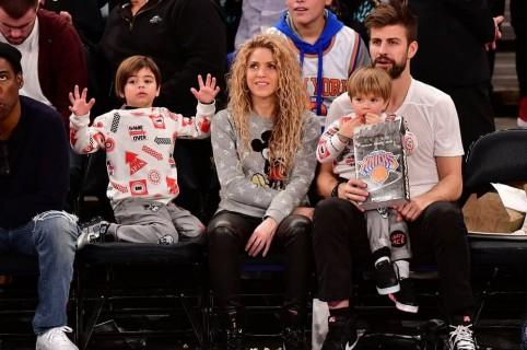 La cantante Shakira con su pareja, el futbolista Gerard Piqué, y sus hijos Milan y Sasha.