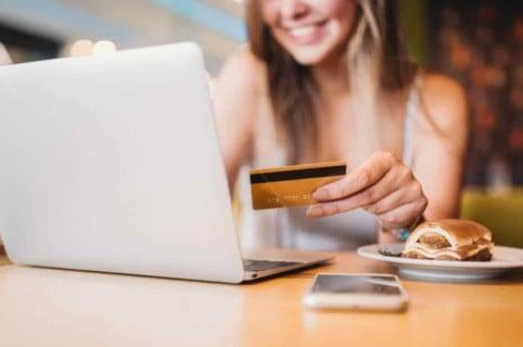 Mujer con tarjeta de crédito.