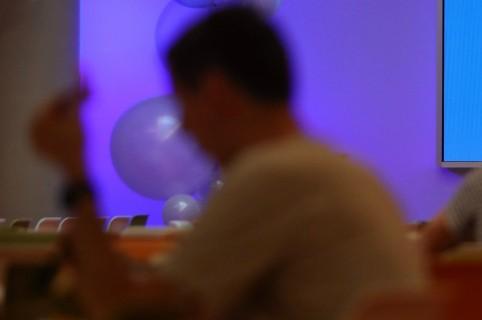 Hombre observando su celular