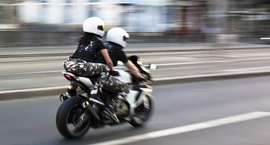 Pareja en una moto