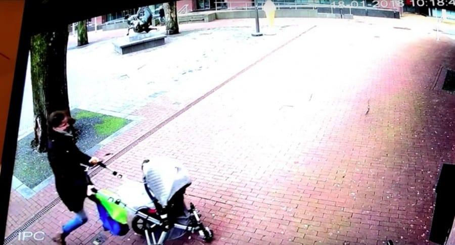 Mujer y su bebé se salvan de que árbol les caiga encima. Pulzo.