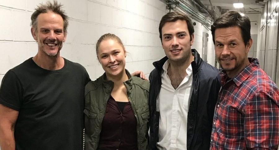 Ronda Rousey y Mark Wahlberg con Esteban Santos
