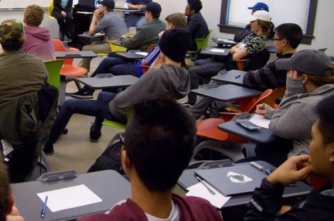 Jóvenes en aula de clase.