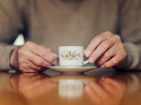 Hombre con taza de café