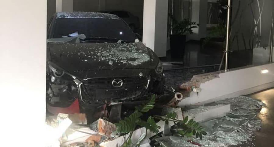 Carro estrellado contra motel en Cali