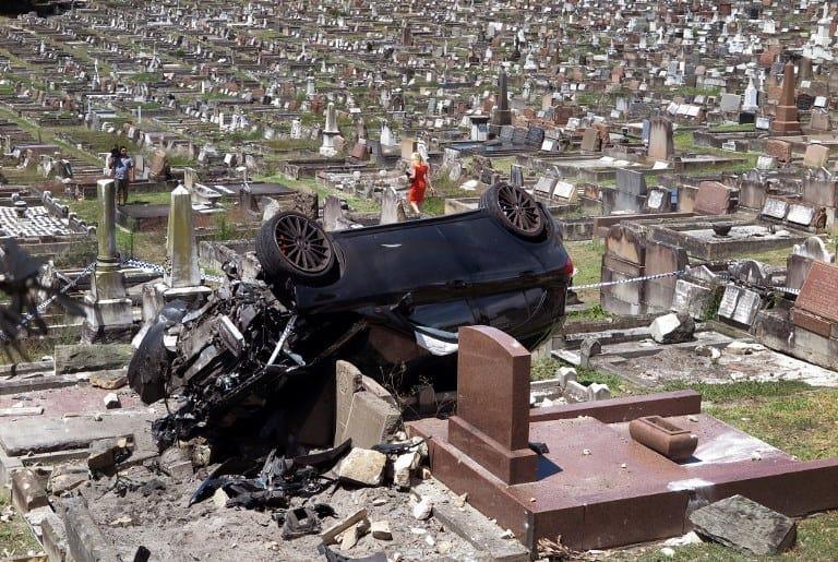 Camioneta volcada en cementerio en Australia. Pulzo.