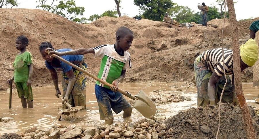 Niños trabajando en mina.