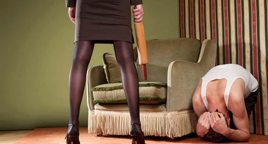 Mujer maltrata a hombre.