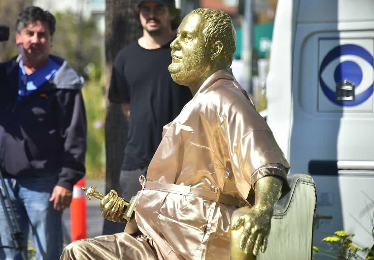 "Escultura ""el sofá del casting"", crítica a Harvey Weinstein"