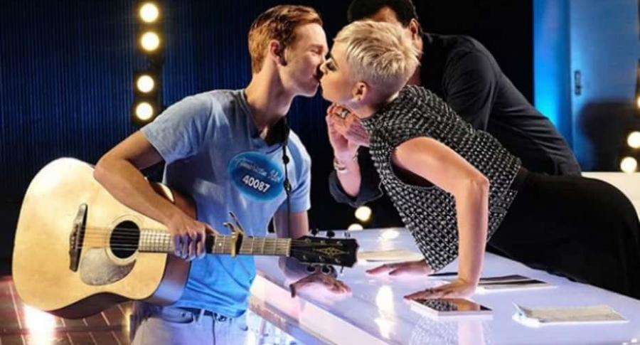 Katy Perry besa a joven en 'American Idol'.
