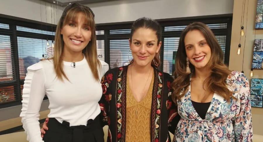 Adriana Betancur y Laura Acuña, presentadoras, con la actriz Natalia Jerez (centro).