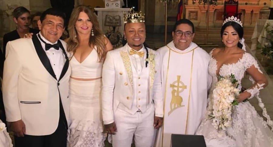 El cantante Poncho Zuleta y la presentadora Diva Jessurum en la boda Mr. Black con Yuranis León.