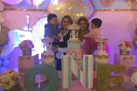 Ana Karina Soto, presentadora, y Alejandra Serje, modelo, con sus hijos Dante y Luciana, respectivamente.