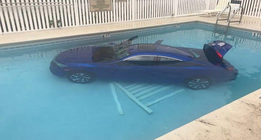 Carro en la piscina