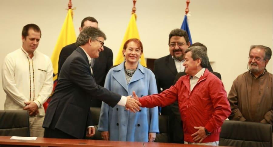 Gustavo Bell y 'Pablo Beltrán', acompañados de la canciller de Ecuador, María Fernanda Espizona